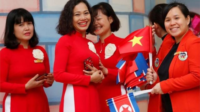 ထရမ့်နဲ့ ကင်ကို ကြိုဆိုနေကြတဲ့ ဗီယက်နမ် လှပျိုဖြူတွေ
