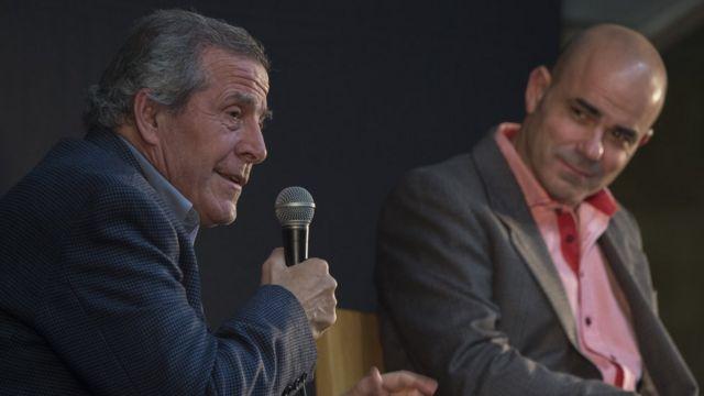 Sacheri (derecha) en una charla junto al director técnico de la selección de Uruguay Óscar Tabárez.