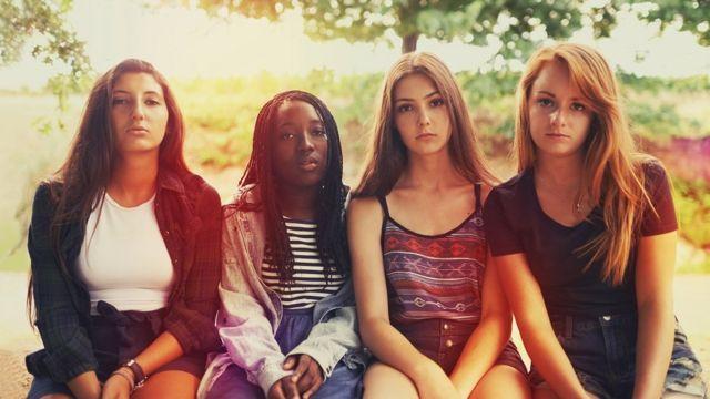 Cuatro mujeres adolescentes.