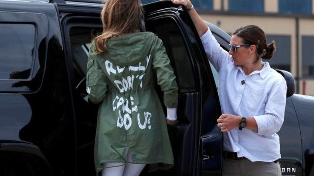 """Меланию Трамп запечатлили в пиджаке с надписью на нем """"Мне правда все равно, правда?"""" (М. """"Мне правда все равно, правда?"""")"""