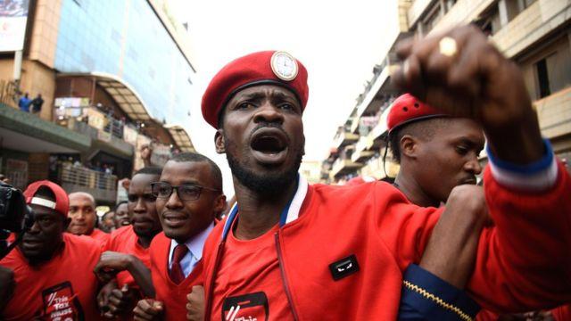 Robert Kyagulanyi mu myiyerekano yo kwiyamiriza ikori ku gukoresha imbuga hwaniro, i Kampala itariki 11/07/2018