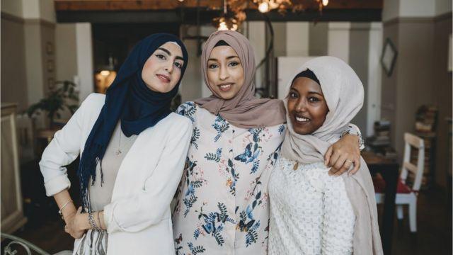 Mulheres usando lenço e sorrindo