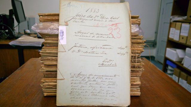 Pilha de ações impetradas por pessoas escravizadas no final do século 19, parte do Acervo do Tribunal de Justiça de São Paulo