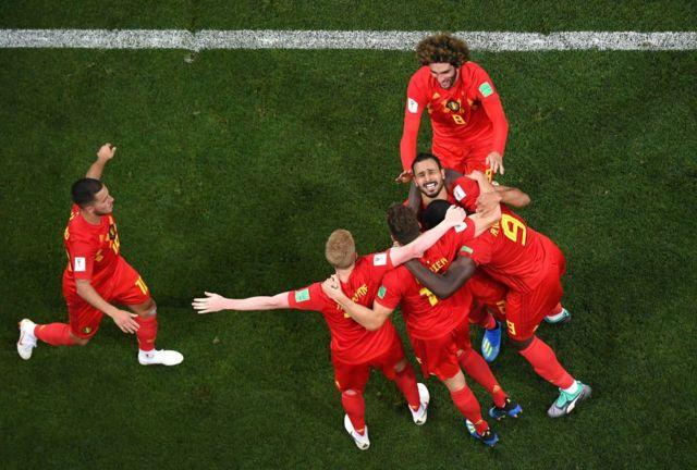 Jugadores belgas celebran el tanto de Chadli frente a Japón.