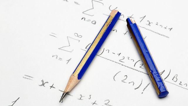 Lápis azuis sobre folha de papel
