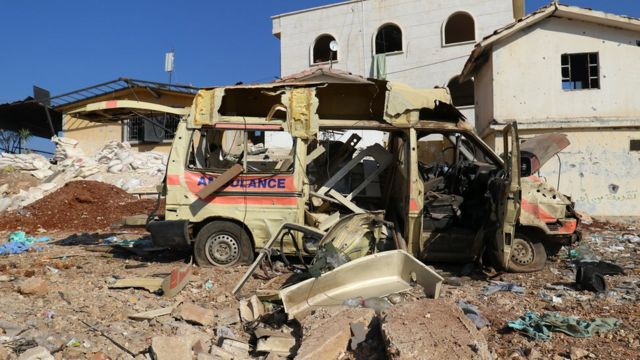 Sebuah ambulans yang rusak akibat serangan udara di Atareb, barat Aleppo, yang dikuasai pemberontak.