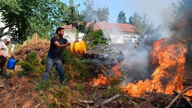 Местнын жители пытаются тушить пожар подручными средствами