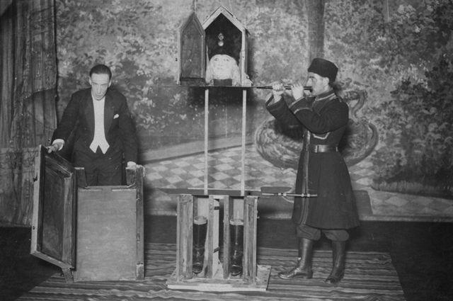 P. T. Selbit realizando su show en Londres, en 1924