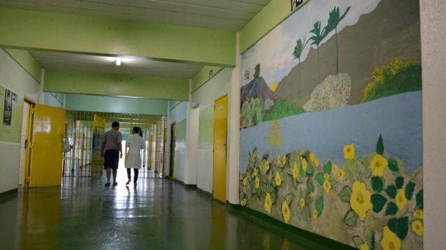 Adolescente caminha em unidade da Fundação Casa