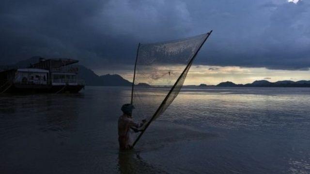 Sông Brahmaputra bắt nguồn từ Tây Tạng, chảy qua Ấn Độ rồi qua Bangladesh