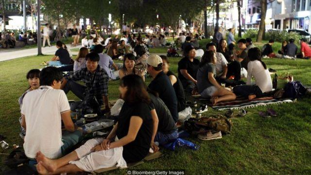 Từ việc gọi thức ăn đồ uống với bạn bè cho đến việc di chuyển trên phương tiện công cộng với người lạ, tất cả đều gắn liền với tinh thần tập thể trong ngôn ngữ Hàn Quốc