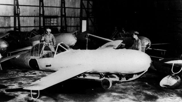 Personal del ejército estadounidense examina un avión kamikaze japonés en 1943.