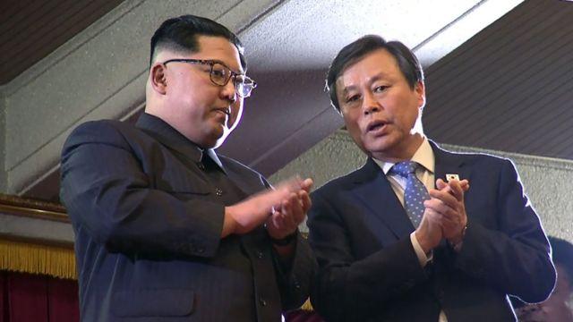 Kim Jong-un ao lado de Do Jong-whan