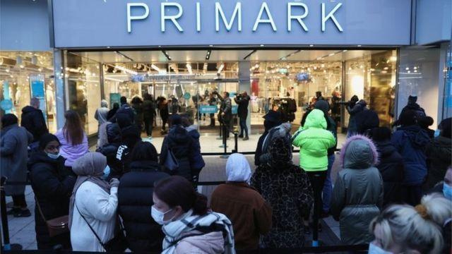 صف طولانی مردم در مقابل فروشگاه پیریمارک در بیرمنگام در بامداد دوشنبه