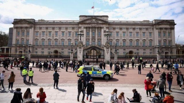 Palacio de Buckingham con la bandera a media asta.