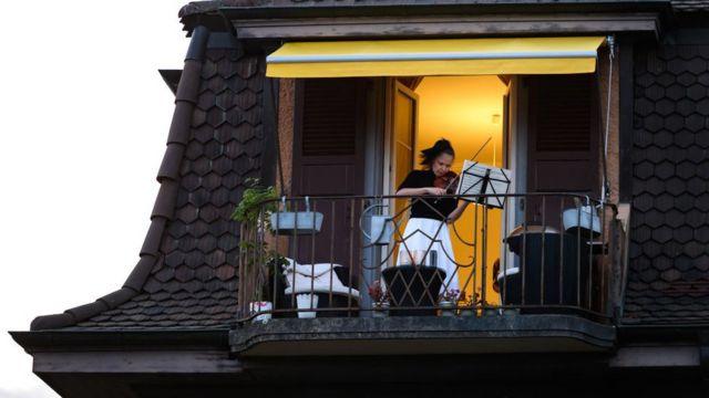 Александра Конунова дает концерт для соседей со своего балкона в Лозанне