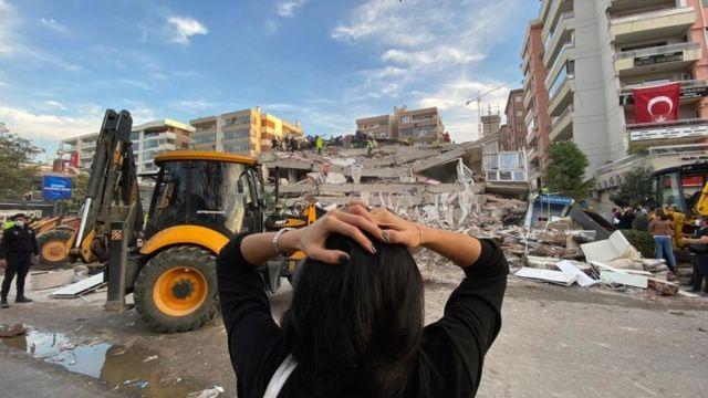 İzmir'in Seferihisar ilçesinin açıklarında Ege Denizi'nde 6,6 büyüklüğünde bir deprem meydana geldi. Depremde yıkılan binalarda arama kurtarma çalışmaları sürüyor. Depremin ardından gelen ilk görüntüleri derledik.