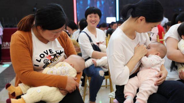 """今年五月在中國湖北省襄陽市,近百名媽媽參加在商場舉辦的""""母乳快閃""""公益活動,,藉此呼籲公共場所增設更多的母嬰室。"""