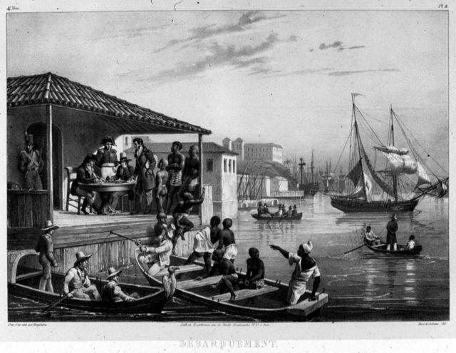Escravizados recém chegados da África sendo desembarcados a partir de um pequeno barco em um porto brasileiro