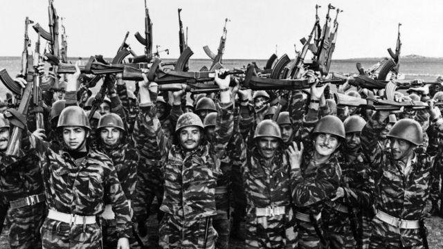 Soldados de la OLP celebran luego de un entrenamiento en mayo de 1967.