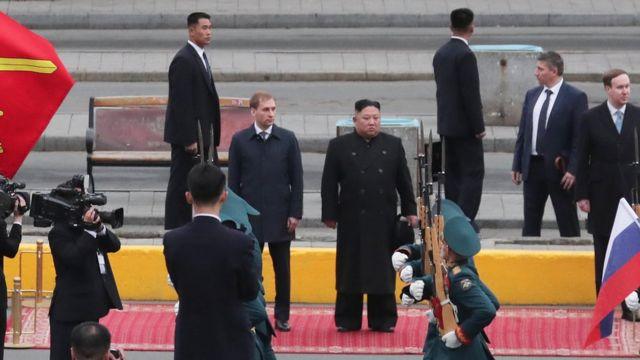 (캡션) 러시아 의장대 사열받는 김 위원장