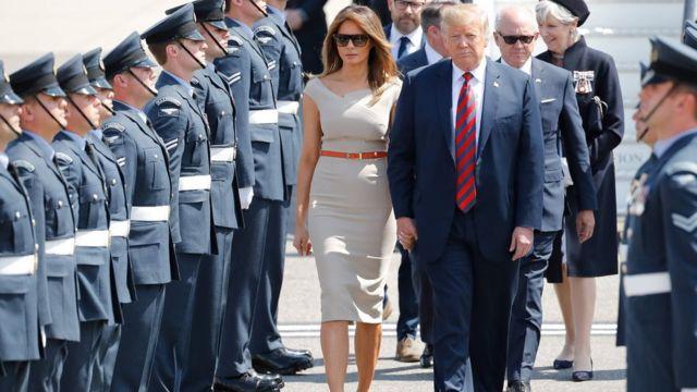 استقبال الرئيس ترامب وزوجته ميلانيا بعد نزولهما من الطائرة الرئاسية في مطار ستانستيد قرب لندن