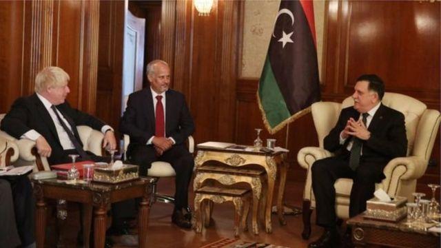 Johnson akiwa na waziri mkuu wa Libya Fayez al-Sarraj (kulia)