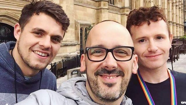 """سام در لندن با اعضای گروه خیریه """"نجات یافتگان منچستر"""""""