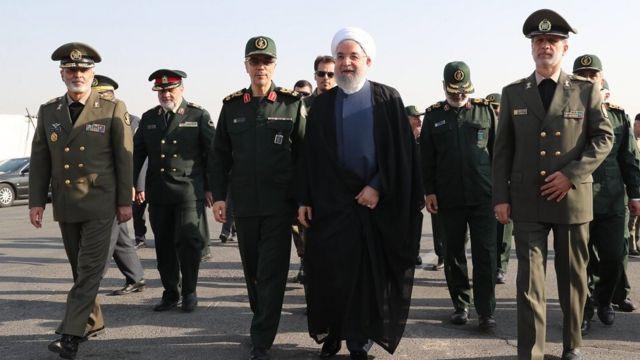 حسن روحانی در میان گروهی از فرماندهان ارشد نظامی در ایران