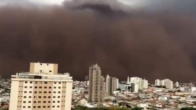 Cidade atingida por nuvem de poeira
