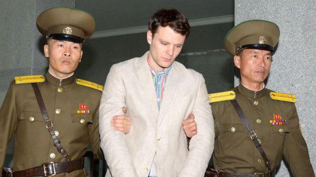 Otto Warmbier, iki Kuzey Koreli asker tarafından götürülürken (Mart 2016).