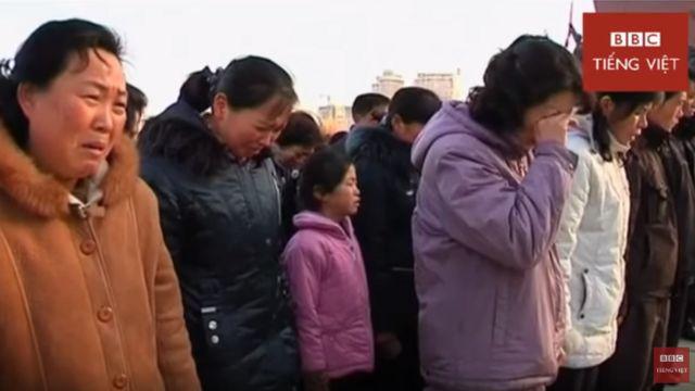 Người dân Bắc Hàn khóc thương lãnh tụ Kim Jong-il của Bắc Hàn.