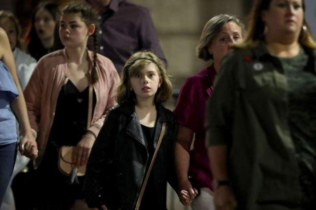 Crianças e pais saindo do show