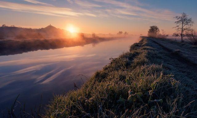 Kevin Pearson: amanecer en río nublado