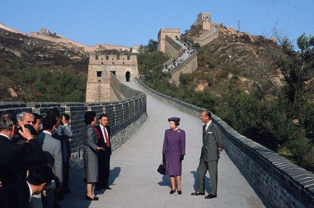 """ระหว่างการเสด็จฯ เยือนจีนอย่างเป็นทางการในปี 1986 เจ้าชายฟิลิปที่ทรงมีพระอารมณ์ขันในแบบฉบับของพระองค์เอง ได้ตรัสถึงกรุงปักกิ่งว่า """"น่าสะพรึงกลัว"""" ทั้งยังตรัสหยอกเย้านักศึกษาอังกฤษที่ไปเรียนในจีนว่า """"ถ้าพวกเธออยู่ที่นี่นานขึ้นอีกนิดก็จะได้ตาตี่ไปตาม ๆ กัน"""""""