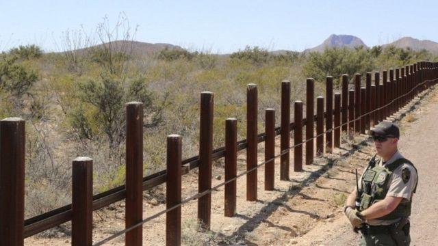 अमरीकी सीमा पर बनी बाड़
