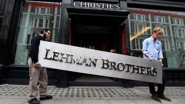 Detalhe da fachada do banco Lehman Brothers sendo levado a leilão