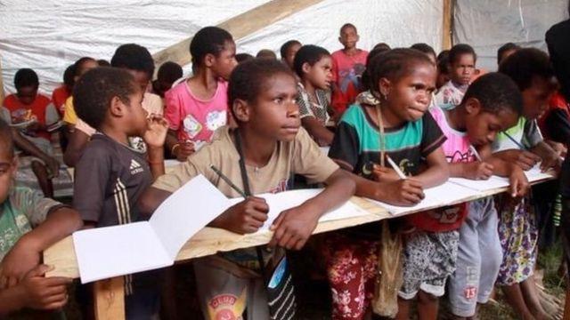 Anak-anak pengungsi Nduga di sekolah darurat di Wamena.