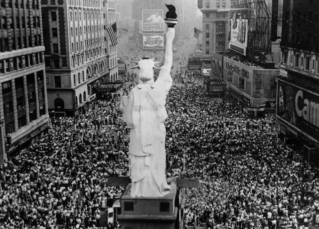 Celebración en Nueva York después de que Japón fuera derrotado en la Segunda Guerra Mundial.
