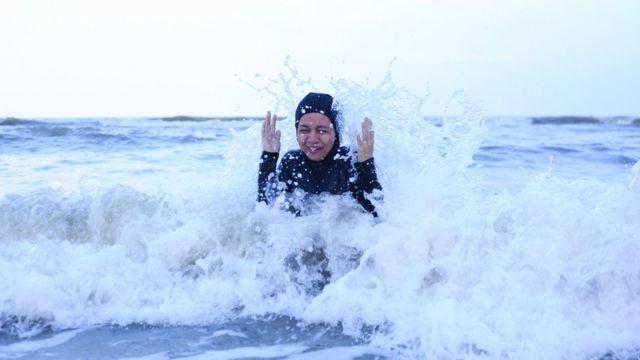 Nadadora muçulmana no mar