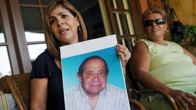 Mitzila Donado muestra una imagen de su padre, Jaime Donado, que murió en agosto de 2006 a causa de la ingesta del jarabe.