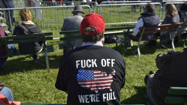 Un seguidor de Trump con una camiseta con un mensaje contra la inmigración.