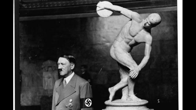 Hitler frente a la estatua del Discóbolo