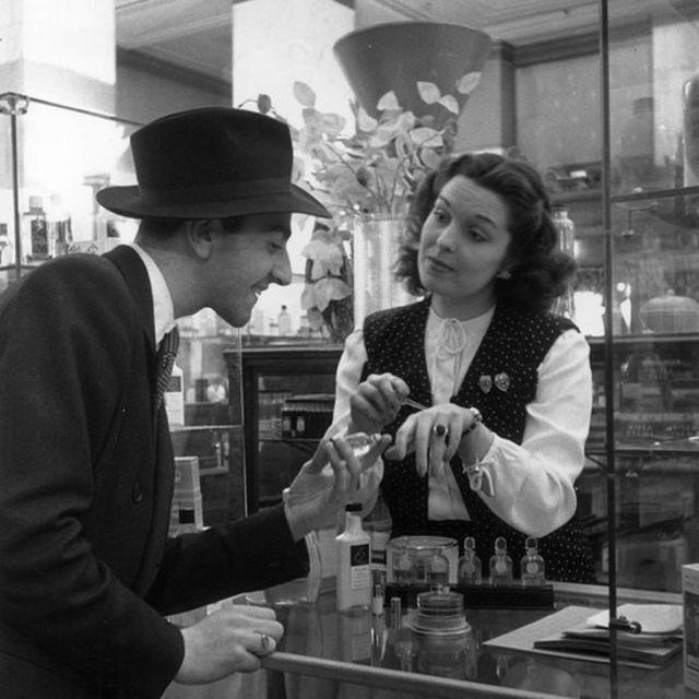 Un hombre compra en una tienda