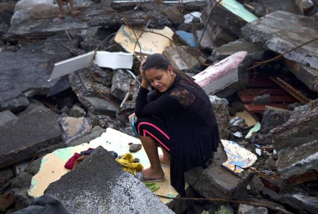 Habitante de Baracoa, Cuba, se lamenta entre los escombros.
