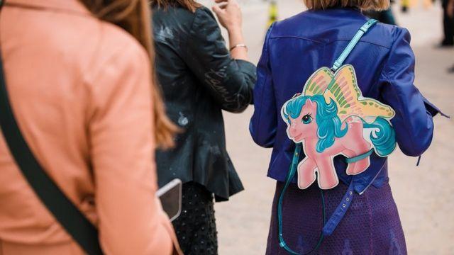 девушка в куртке с единорогом