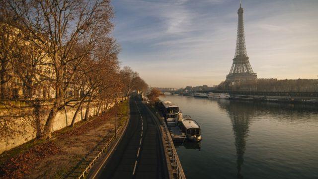 Torre Eiffel y su sombra en el río Sena