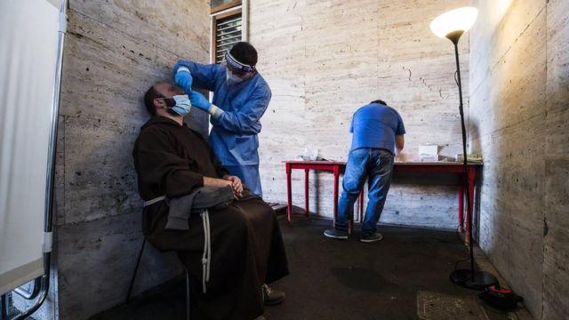 Монах сдает тест на коронавирус