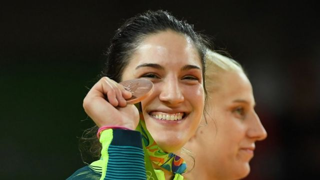 Mayra Aguiar segura medalha de bronze