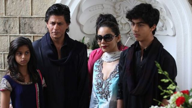 شاہ رخ خان اپنی بیگم اور بچوں کے ساتھ